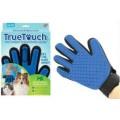 Массажная перчатка для вычесывая шерсти True Touch